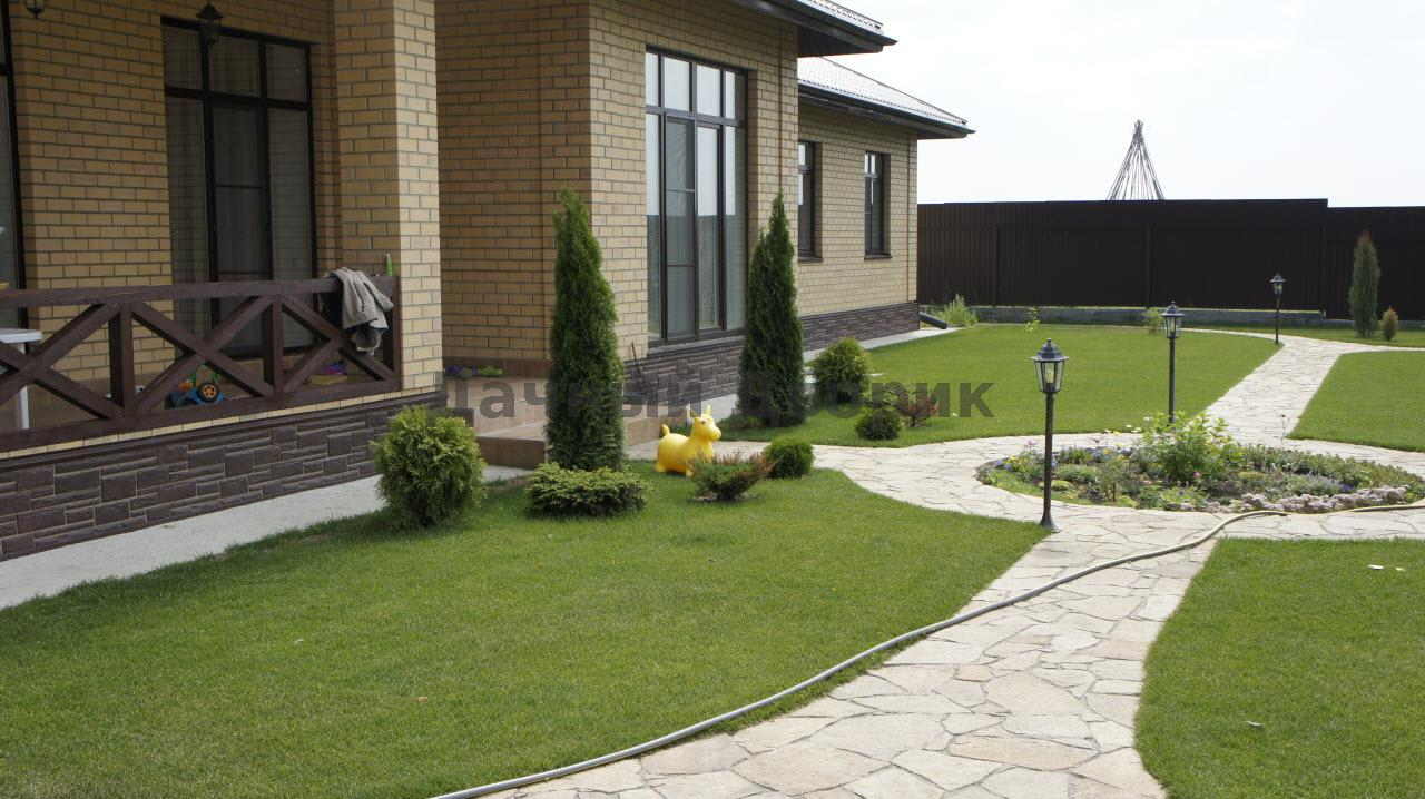Дизайн лужайки частного дома фото